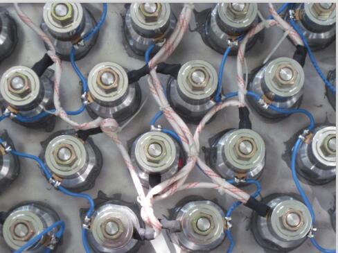 直径式超声波震板就是将换能器直径安装在槽体底部反面的不锈钢板上